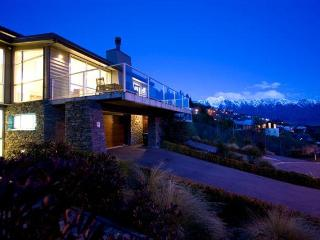 Cozy 3 bedroom Villa in Queenstown with Deck - Queenstown vacation rentals