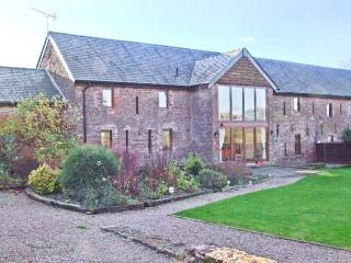 GROVE VIEW BARN, stone-built, family accommodation, enclosed garden, paddock, walks from door, near Ross-on-Wye, Ref 14217 - Ross-on-Wye vacation rentals