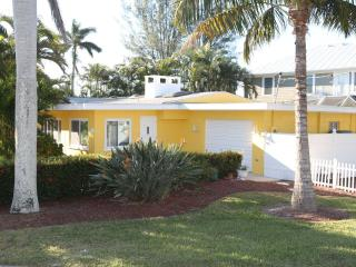 Ah this is it v2.0! Lemon Cottage w Pool!! Relax!! - Bradenton Beach vacation rentals