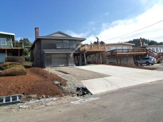 Close Close Beach *Terrific Oceanview*hotub*2 beach accesses - Lincoln City vacation rentals