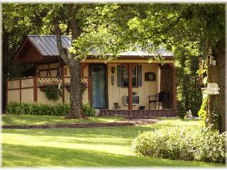 The Calico Cabin~Clean Lil' Bed & Bath on Farm! - Nashville vacation rentals