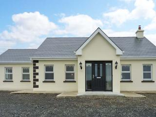 BREEN'S COTTAGE, family accommodation, oil fired stove, sun room, lawned garden, near Doonbeg, Ref 17479 - Doonbeg vacation rentals