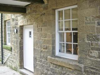 NO. 5 THE STABLES, character cottage, in the town centre, Grade II listed, in Pateley Bridge, Ref. 15847 - Timble vacation rentals