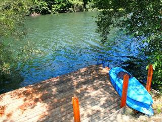 """Lily Pad""River Front Beauty! Dock w/Kayaks,Your personal Retreat! Wineries! - Guerneville vacation rentals"