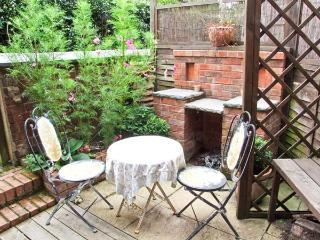 MINSTER HOUSE, family cottage, with woodburner, enclosed courtyard, close to town centre and River Severn, in Bewdley, Ref 20740 - Bewdley vacation rentals