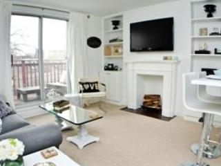 Living room with view of outdoor balcony - Upper Dilworth Crescent - Toronto - rentals