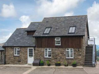 HALFEN GRANARY, woodburner, Jacuzzi bath, parking, garden, near Llanfyllin, Ref 15200 - Mid Wales vacation rentals