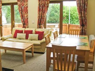 1 SNEEM HOLIDAY VILLAGE, detached cottage, en-suite bedrooms, decked area, on Ring of Kerry, in Sneem Ref 21290 - Sneem vacation rentals