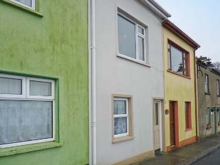 QUAYSIDE HOUSE, open fire, opposite harbour, near shop and pub in Roundstone, Ref 20606 - Roundstone vacation rentals