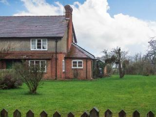 COOKS GREEN COTTAGE, pet-friendly, woodburner, enclosed large garden, near Gloucester, Ref 22106 - Heart of England vacation rentals