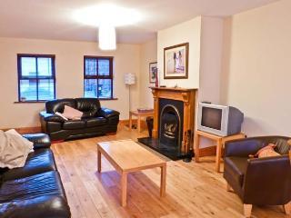 5 STATION HOUSE, open fire, pet-friendly, garden, in Castlegregory, Ref 19955 - Castlegregory vacation rentals
