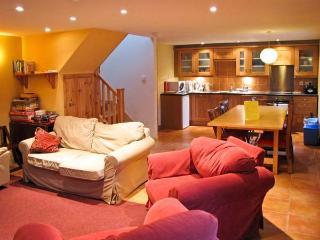 BUGABOO COTTAGE, pet-friendly, garden, close walking in Aberfeldy Ref 21366 - Aberfeldy vacation rentals