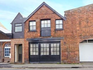 THE OLD FORGE, character cottage, en-suite bedroom, Juliet balcony, open plan living area, close to harbour, in Rye, Ref 22418 - Rye vacation rentals
