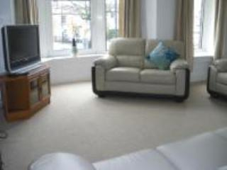 Lounge with large bay overlooking market place - Market View Apartment - Buxton, Derbyshire Peaks - Buxton - rentals