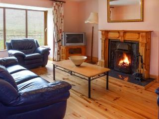 FINGLAS HOUSE, contemporary detached cottage, surrounded by countryside, en-suite bedrooms, open fire, in Waterville, Ref 14211 - Waterville vacation rentals