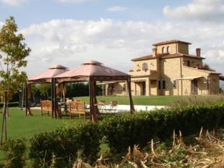 7 bedroom House with Private Outdoor Pool in Lago Trasimeno - Lago Trasimeno vacation rentals