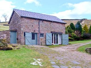 THE BARN AT GOOSETREE FARM, chcracter, king-size bed, beams, woodburner, near Buxton, Ref 17809 - Buxton vacation rentals