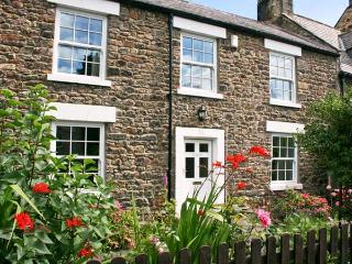 EASTFIELD, wonderful detached cottage, beams, close to shops, pubs and river, in Corbridge, Ref 22844 - Corbridge vacation rentals
