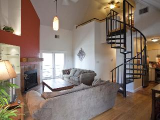 Great location sleeps 8! 2 blks to Conv. Ctr & 6th - Austin vacation rentals