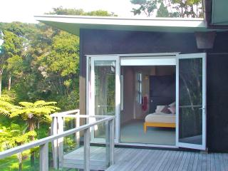 Romantic 1 bedroom Auckland Bed and Breakfast with Deck - Auckland vacation rentals