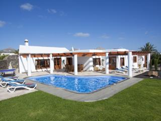 Comfortable 4 bedroom Puerto Del Carmen Villa with Internet Access - Puerto Del Carmen vacation rentals