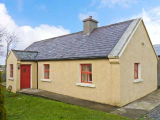 CAVAN HILL COTTAGE, single-storey detached cottage, multi-fuel stove, enclosed garden, near Ballinrobe, Ref 18259 - Mayobridge vacation rentals