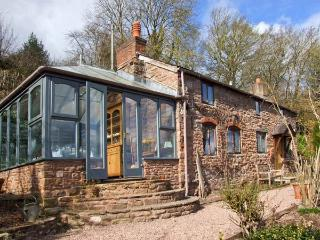 LAVENDER COTTAGE, detached stone cottage, woodburner, garden, river views, in Hoarwithy, Ref 22082 - Hoarwithy vacation rentals
