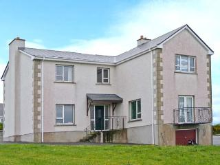 STRANACORCORAGH, sea views, by the coast, off road parking, with a shared garden, in Gweedore, Ref 17799 - Bunbeg vacation rentals