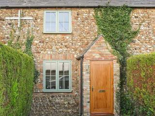 2 WATERING COTTAGES, pet-friendly, enclosed garden, countryside views, near Downham Market in West Dereham, Ref 17318 - Ringstead vacation rentals