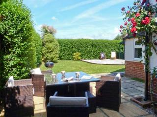 FAIRVIEW, family-friendly cottage, with en-suite bedroom, enclosed garden, village location, in Pett, Ref 23446 - Pett vacation rentals