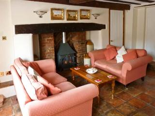 MELODY COTTAGE, character Grade II listed cottage close pub, garden, village setting, Fakenham Ref 17045 - Fakenham vacation rentals