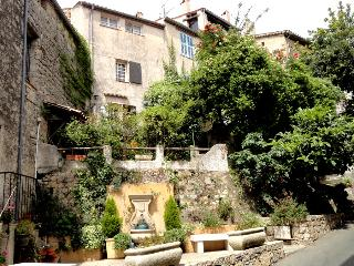 Charming Townhouse in Fayence with 2 Terraces and WiFi - Fayence vacation rentals
