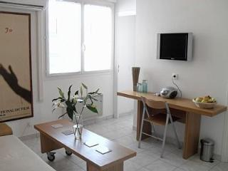 Sunny One Bedroom Apartment in Central Cannes. 4 mins walk from the beach. - Cannes vacation rentals