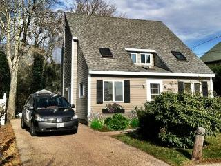 Beach Cottage Beautiful. Walk to private beach. - Rhode Island vacation rentals