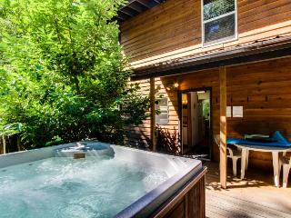 Vintage mountain lodge w/ dog-friendly attitude, private hot tub & three decks! - Welches vacation rentals