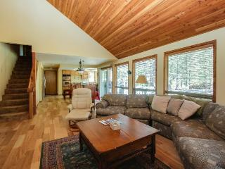 Cozy home w/ private hot tub, SHARC passes, entertainment, near golf & river - Sunriver vacation rentals