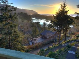 Cozy up and gaze at the ocean from this tasteful Oregon coast home. - Neskowin vacation rentals