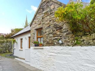 MOLLIE'S COTTAGE, multi-fuel stove, en-suite bedroom, a mile from the beach in Rosscarbery, Ref 22244 - Rosscarbery vacation rentals