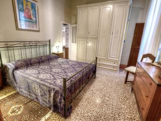 Quintani Sole central apartment - Cortona vacation rentals