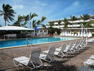 Wonderful condo with pool, tikibar, tennis & golf - Marathon vacation rentals