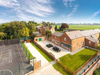 JAMES'S PARLOUR, family-friendly, swimming pool, fishing, play area, in Alkington near Whitchurch, Ref 14921 - Shropshire vacation rentals