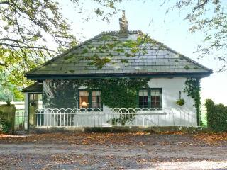 LISDONAGH GATEHOUSE, detached cottage, multi-fuel stove, gardens, in Caherlistrane, Ref 20732 - Caherlistrane vacation rentals
