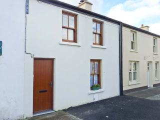 POPPY COTTAGE, pet-friendly coastal cottage, garden, ideal touring base, Ballyheigue Ref 24344 - Ballyheigue vacation rentals