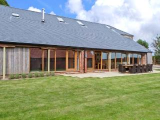 RANBY HILL BARN, luxury barn conversion, en-suite bedrooms, hot tub, games room, enclosed garden, near Horncastle, Ref 25054 - South Cockerington vacation rentals
