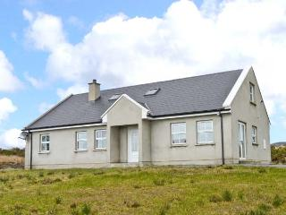 CARRICK COTTAGE, single-storey cottage, sea views, close coast, Redcastle, Moville Ref 14111 - Ballyliffin vacation rentals
