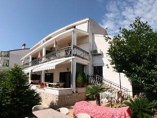 Beautiful apartment (48 m2) situated in Pjescana uvala, 3  minutes walking to the sea. - Stinjan vacation rentals