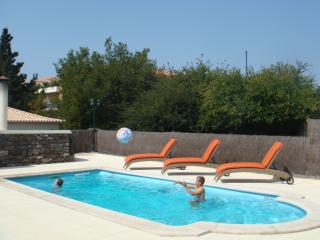 Heated pool, jacuzzi,games room, BBQ,sunny gardens - Ponta Do Sol vacation rentals