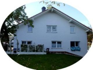 "Hausansicht vom 1500qm Garten - ""U"" Vacation Home, 6 bedrooms (9-15 persons) - Usingen - rentals"