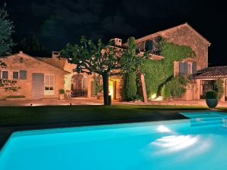 St Roch's Farmhouse: Luxury holiday home with heated pool in the heart of Provence - Robion vacation rentals