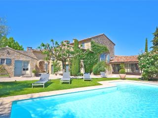 St Roch's Farmhouse: Luxury holiday home with heated pool in the heart of Provence - Orgon vacation rentals